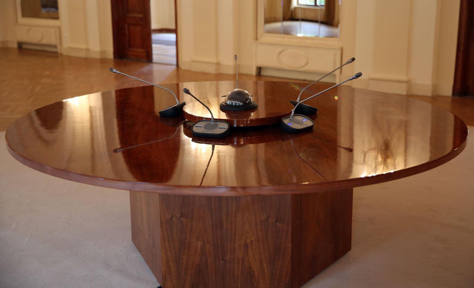 targyaloasztal-1
